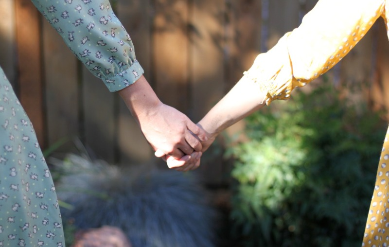 holdinghands1280